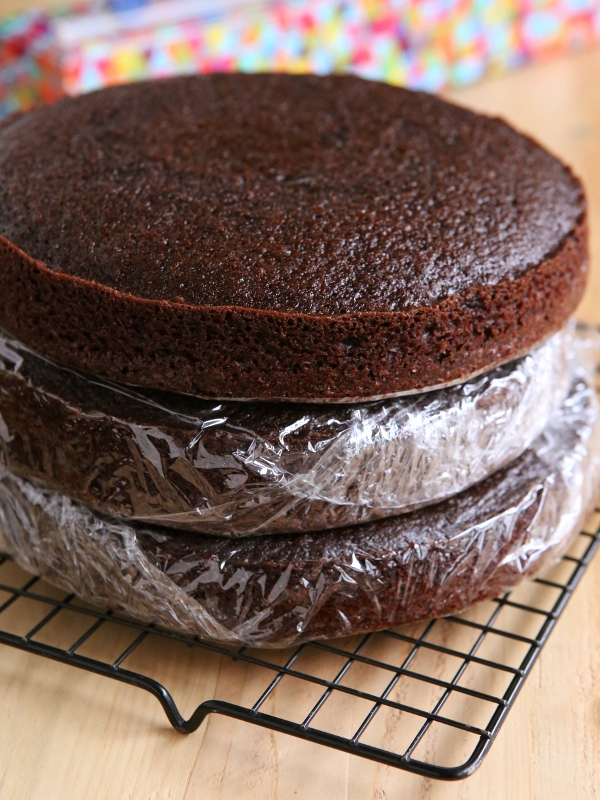 How to store and freeze cake layers from completelydelicious.com