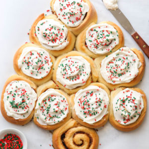 This cinnamon roll christmas tree is perfect for the holidays!